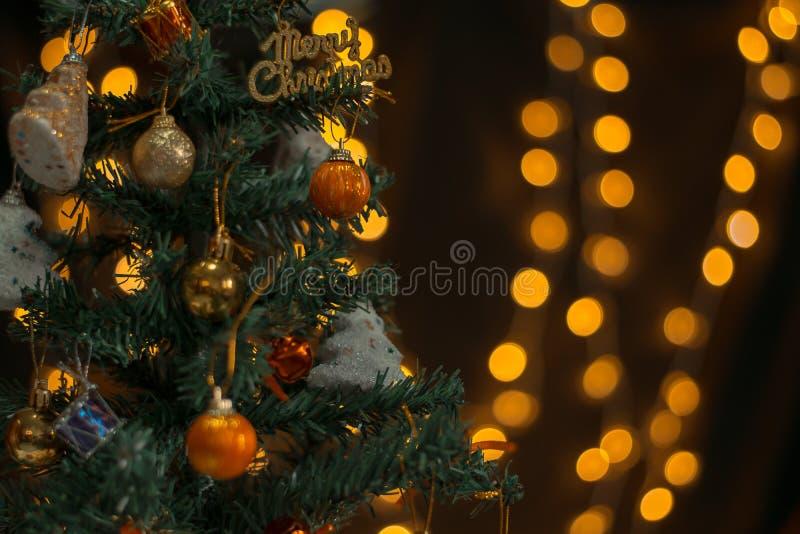 装饰的圣诞树有圆的光bokeh背景  免版税库存照片