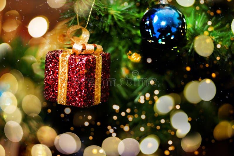 装饰的圣诞树照亮与光 图库摄影