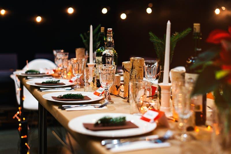 装饰的圣诞节假日桌准备好晚餐 免版税库存照片