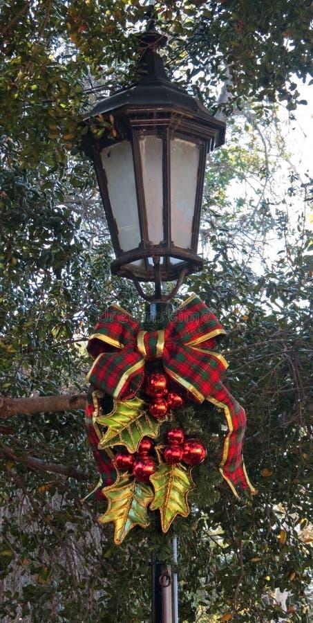 装饰的圣诞节路灯柱 免版税库存照片