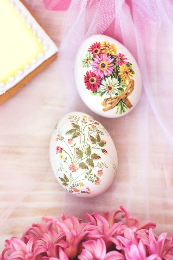 装饰的复活节彩蛋和花;decoupage技术 库存照片