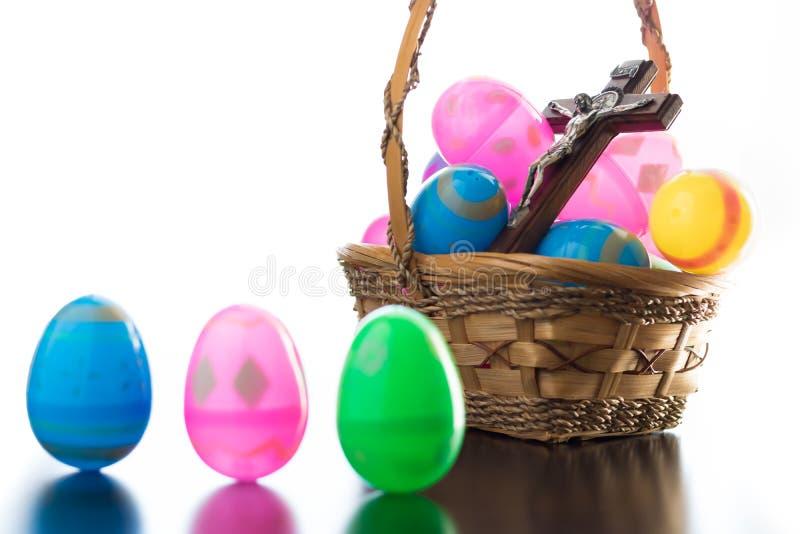 装饰的复活节彩蛋在桌上和在篮子 库存图片