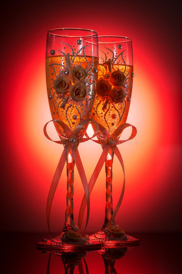 装饰的婚姻的香槟葡萄酒杯 库存图片