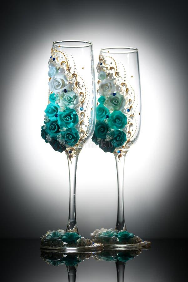 装饰的婚姻的香槟葡萄酒杯 免版税图库摄影