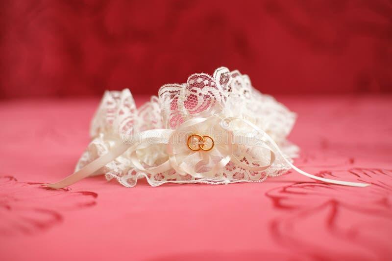 装饰的婚姻的袜带,红色背景 婚姻概念 免版税图库摄影