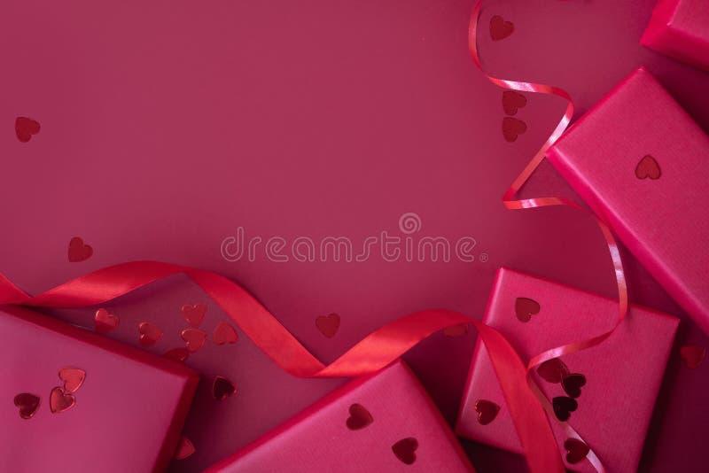 装饰的情人节 有红色丝带的红色礼物盒 免版税库存照片