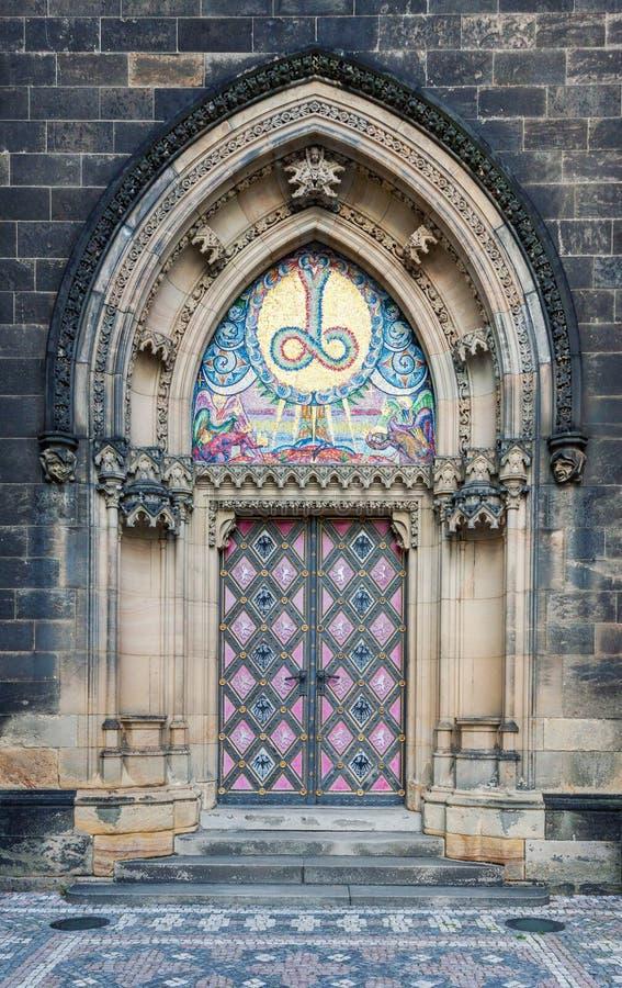 装饰的教会入口在布拉格Vysehrad 库存照片