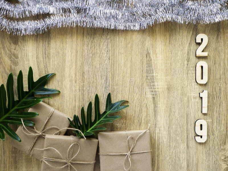 装饰的新年快乐2019与在木的礼物盒 免版税图库摄影