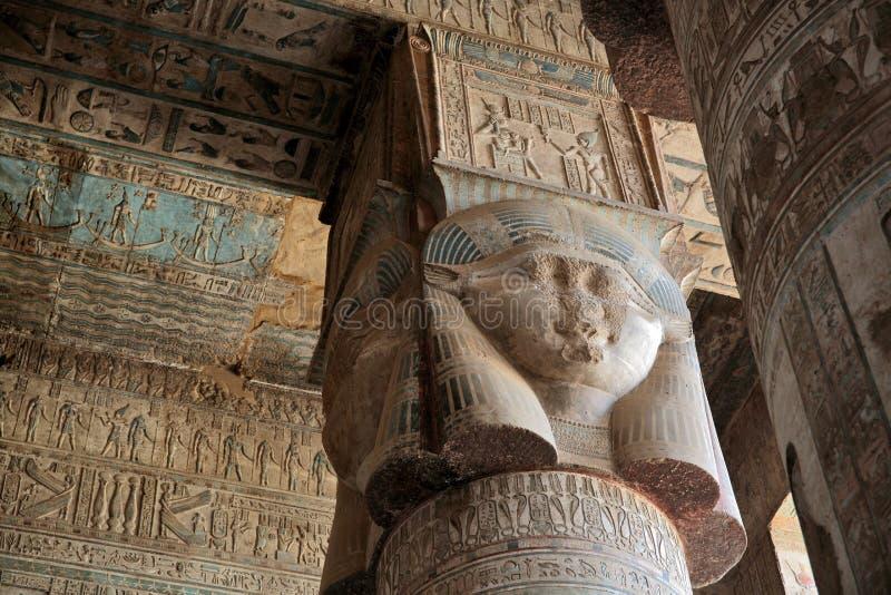 装饰的柱子和天花板在Dendera寺庙,埃及 免版税库存图片