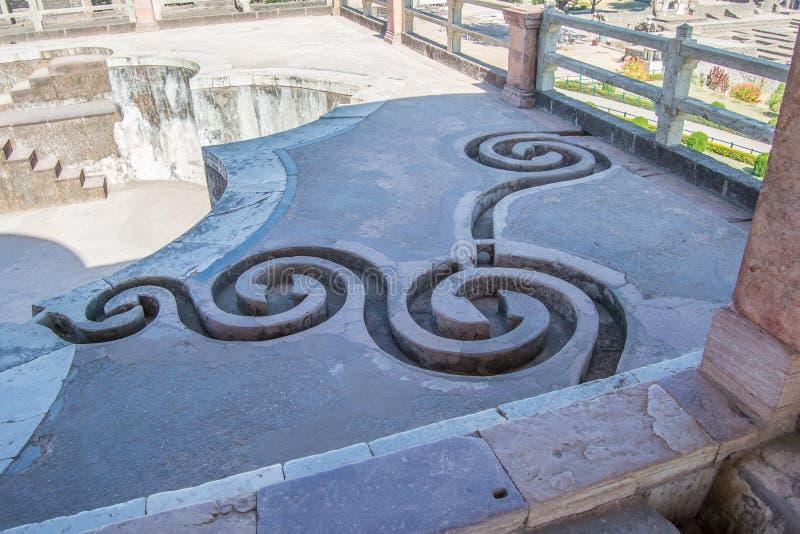 装饰的流失在捉住屋顶水的老水池顶部 免版税库存照片