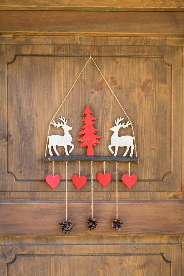 装饰的滑雪门瑞士山中的牧人小屋 免版税库存图片