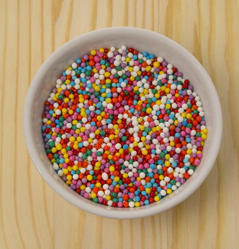 装饰的烘烤蛋糕的烹饪产品多彩多姿的香豌豆花球 点心装饰,色为复活节蛋糕洒 库存图片