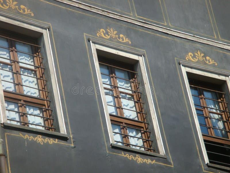 装饰的窗口其中一个在市的老部分的古老大厦普罗夫迪夫在保加利亚 图库摄影