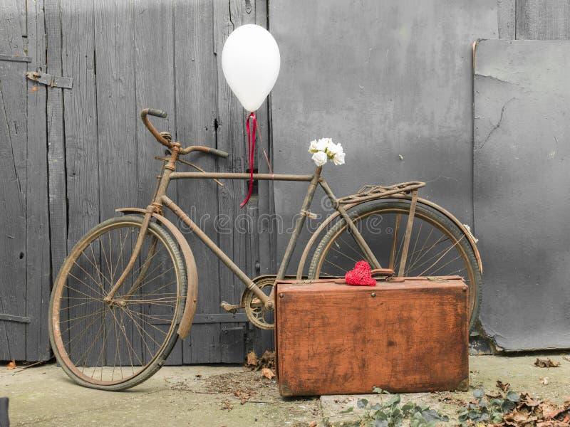 装饰的老生锈的自行车,贺卡的亲密的图片 免版税库存图片