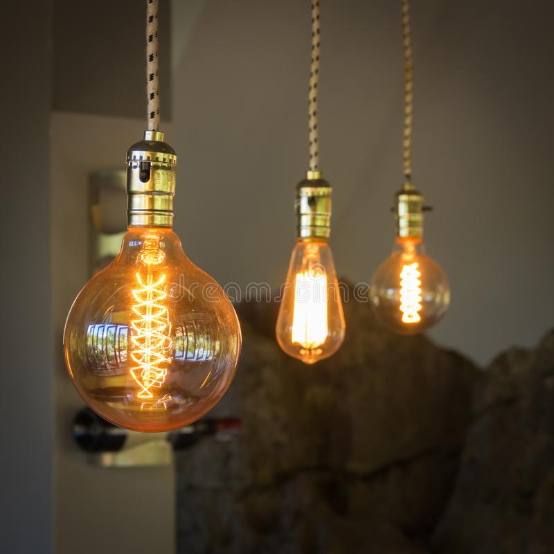 装饰的葡萄酒照明设备在咖啡店 图库摄影