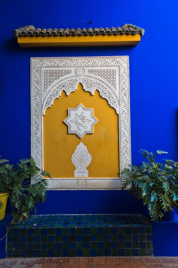 装饰的蓝色墙壁的建筑细节在日落的在Majorelle庭院,马拉喀什,摩洛哥里 免版税库存照片
