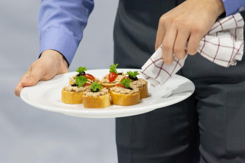 装饰盘,准备食物,优良用餐,食物服务 免版税库存图片