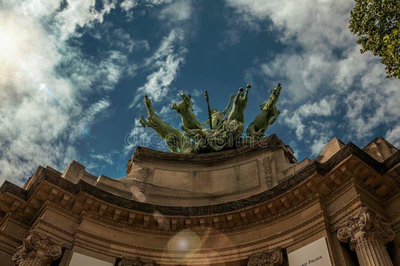 装饰盛大Palais大厦上面的古铜色雕象在一个晴天在巴黎 免版税库存照片