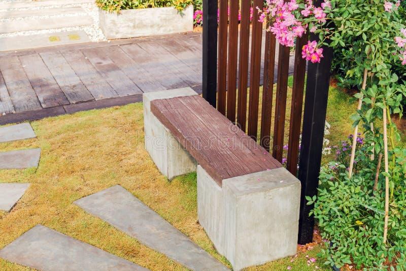 装饰石凳在庭院里 免版税图库摄影