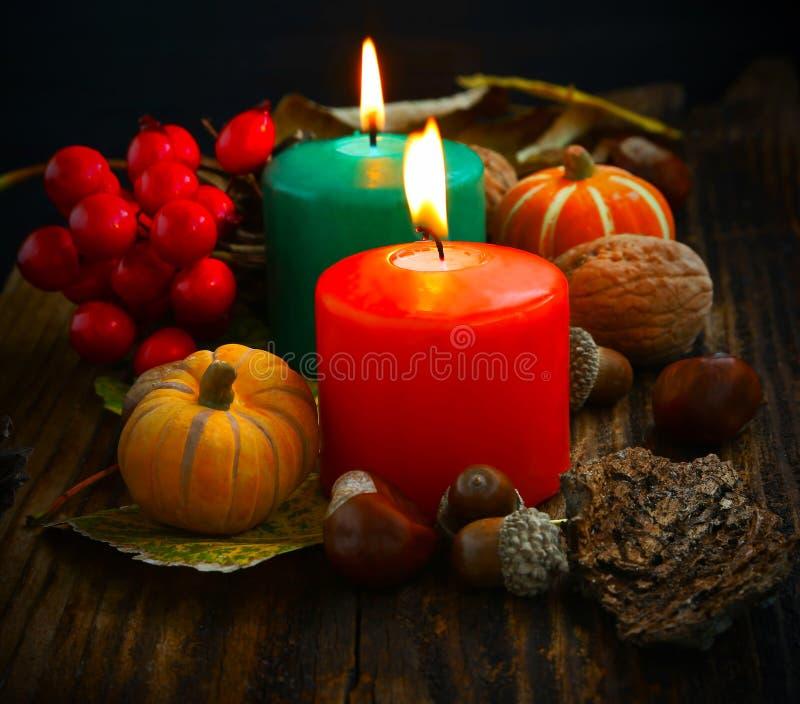 装饰秋天对光检查燃烧用南瓜和装饰 免版税库存照片