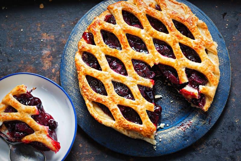 装饰秋天果子饼,用黑醋栗,黑莓,在油酥点心饼的樱桃蜜饯 图库摄影