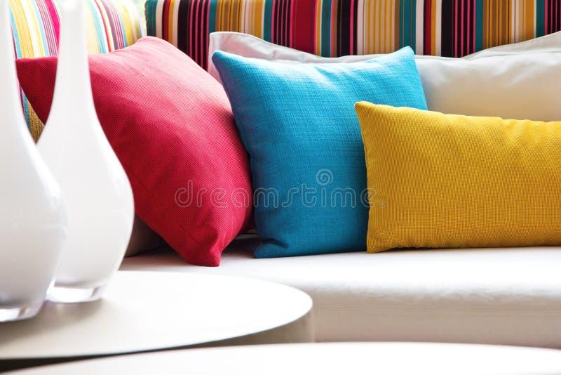 装饰织品自然枕头 免版税库存图片
