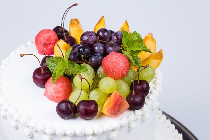 装饰结果实甜蛋糕 免版税库存照片