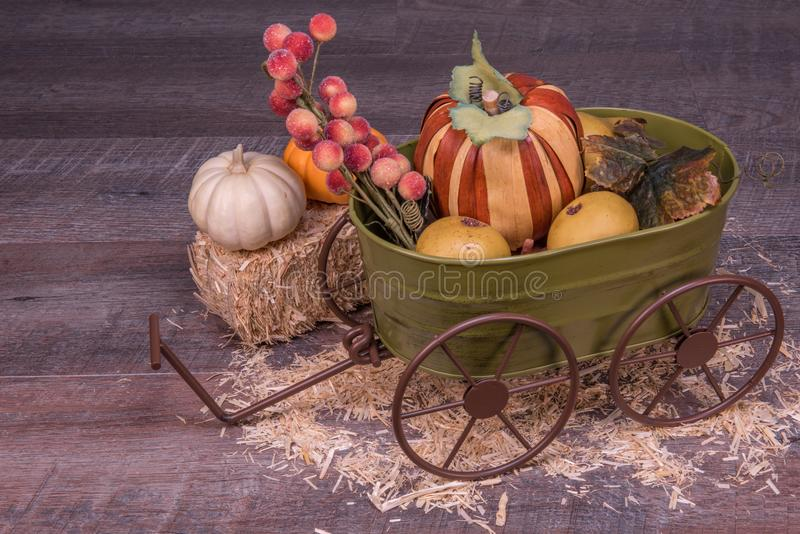 装饰绿色无盖货车欢迎秋天用果子,南瓜和 免版税库存图片