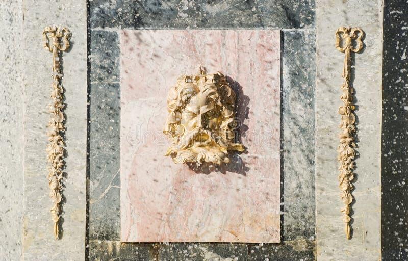 装饰罗马喷泉的peterhof 库存图片
