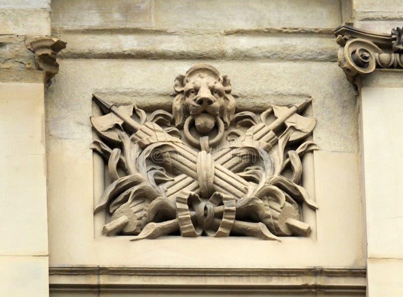 装饰老石雕刻狮子朝向 库存照片