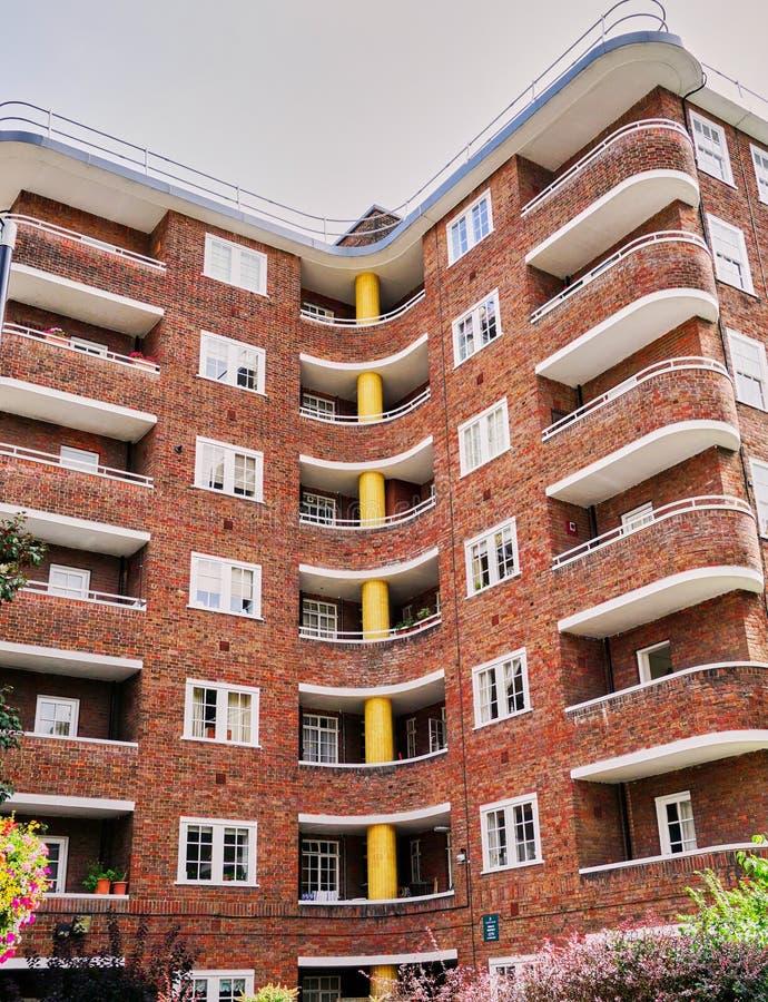 装饰艺术运动砖公寓在伦敦英国 库存图片