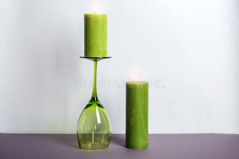装饰蜡蜡烛和葡萄酒杯 免版税库存图片
