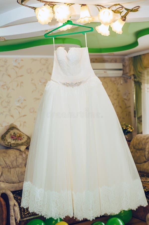 装饰衣裙精美纺织品婚礼礼服垂悬 库存照片