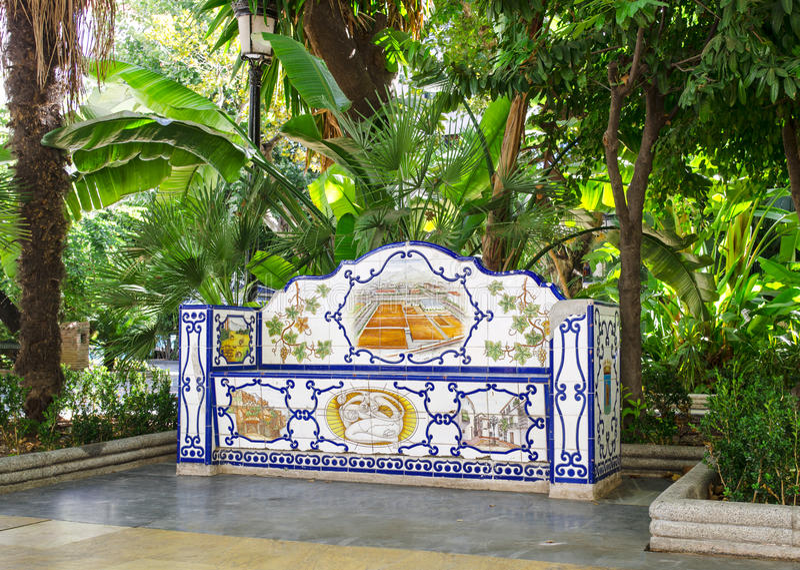 装饰铺磁砖的长凳在阿拉米达公园,马尔韦利亚,省马拉加,安大路西亚 免版税图库摄影