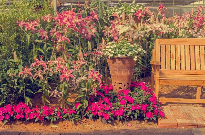 装饰长凳在庭院里 免版税库存图片