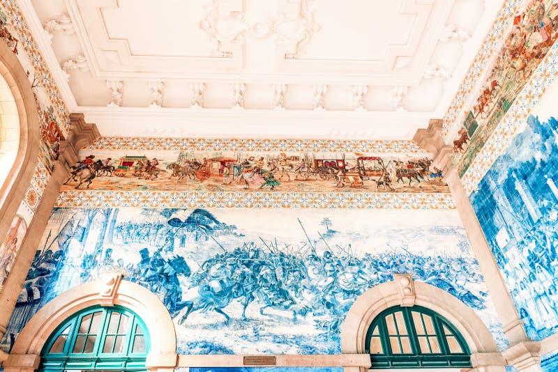 装饰陶瓷墙壁瓦片在圣本托火车站主要大厅里在波尔图,葡萄牙 免版税库存照片