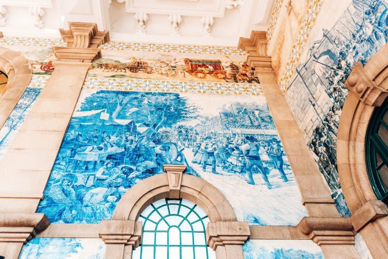 装饰陶瓷墙壁瓦片在圣本托火车站主要大厅里在波尔图,葡萄牙 免版税图库摄影