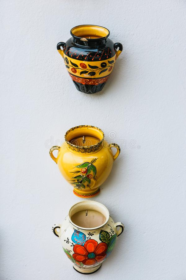 装饰陶瓷板材和罐五颜六色的花在历史的Albaicin邻里 免版税图库摄影