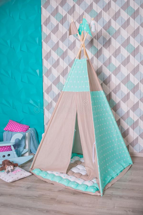 装饰boho与装饰的被称呼的舒适小屋 hildren的室,斯堪的纳维亚样式,最小的家庭室内设计 ??` s 免版税库存图片