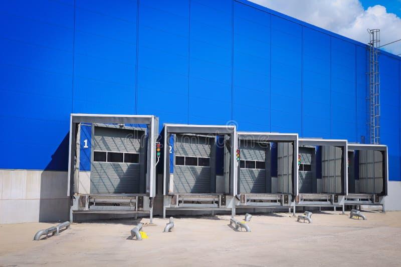 装货舷梯门在分配中心 现代后勤学中心 仓库的装货场 免版税库存图片