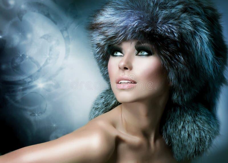 裘皮帽的美丽的女孩 库存图片