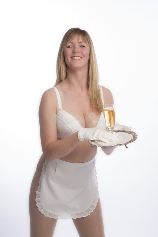 围裙的女服务员与杯酒 免版税图库摄影