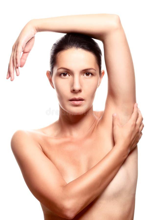 裸体妇女在有顶上的胳膊的演播室 图库摄影