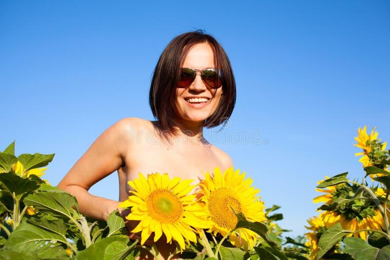 裸体性感的女孩用向日葵 免版税库存图片