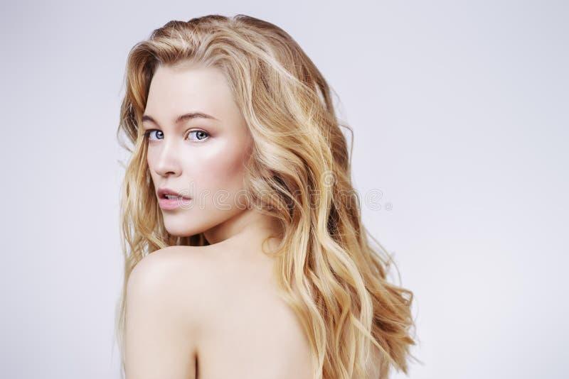 裸体白肤金发的女孩 免版税库存图片