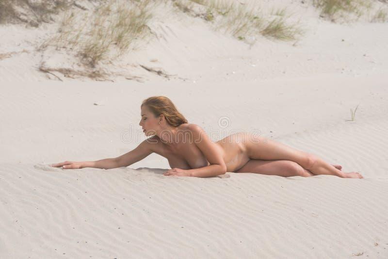 Download 年轻裸体美丽的妇女 库存照片. 图片 包括有 有薄雾, 诱惑, 女孩, beautifuler, 裸体主义者 - 72353252