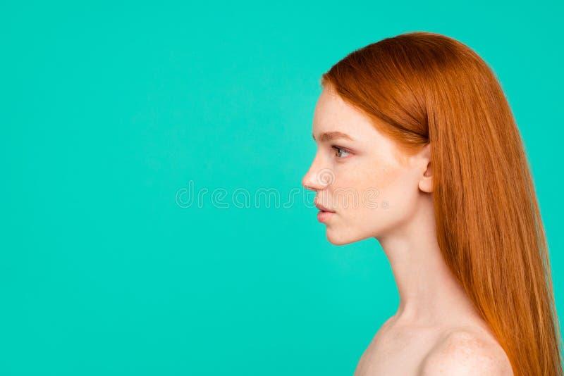 裸体自然红发女孩,发光的纯净的分类外形侧视图  免版税库存图片