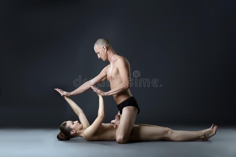 Download 裸体配对了瑜伽 莲花坐的人在妇女 库存图片. 图片 包括有 培训人, 爱好健美者, 色情, 运动, 性别 - 62526023