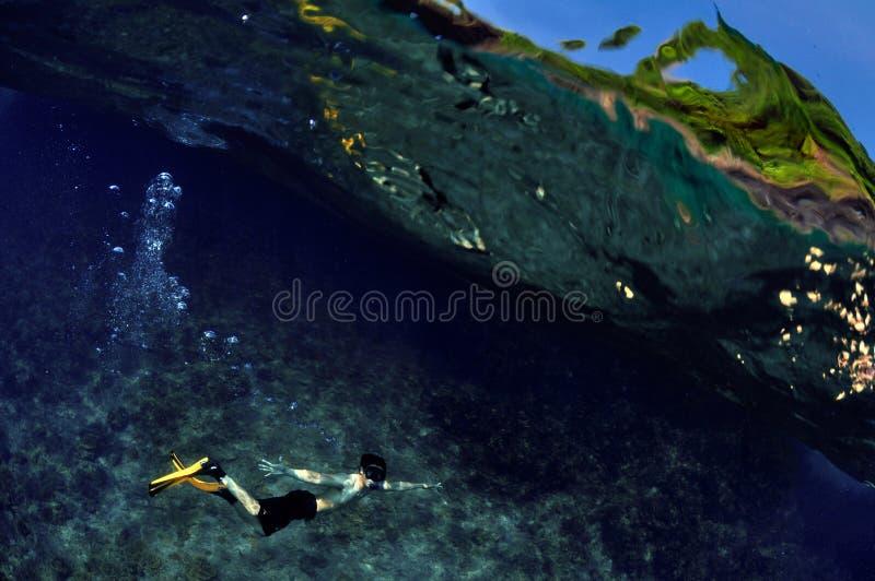 裸潜年轻人海和天空 库存图片