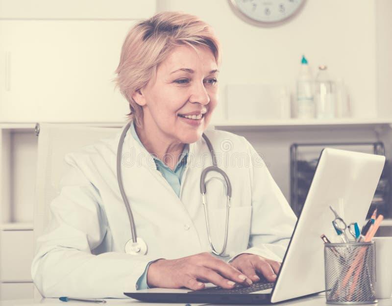 褂子等待的患者的医生 免版税库存图片